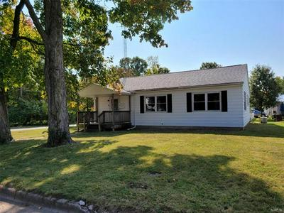 304 FRANKLIN ST, Hillsboro, IL 62049 - Photo 2