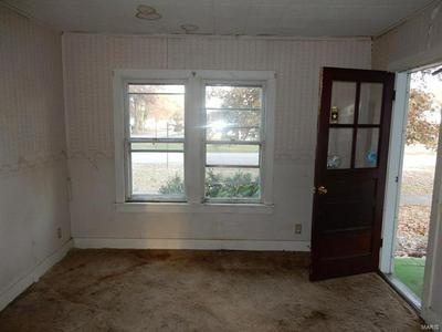 915 N MONTGOMERY AVE, LITCHFIELD, IL 62056 - Photo 2