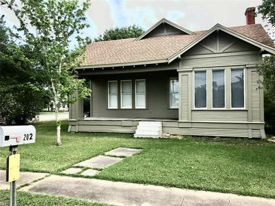 202 SUMMIT ST, Schulenburg, TX 78956 - Photo 1