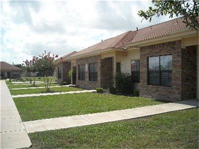 555 S BURKE ST, Goliad, TX 77963 - Photo 2