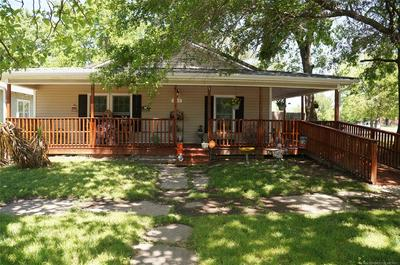 805 W 8TH ST, Okmulgee, OK 74447 - Photo 2