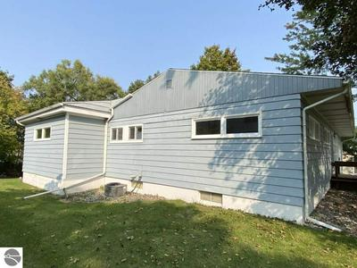 422 W CENTER ST, Alma, MI 48801 - Photo 2