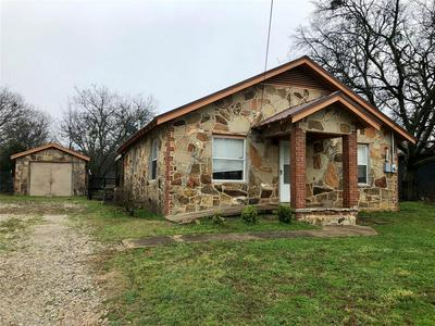 519 HUTCHINSON ST, BOWIE, TX 76230 - Photo 1