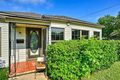 1025 THROCKMORTON ST, Gainesville, TX 76240 - Photo 2