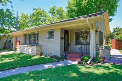 215 E GARNETT ST, Gainesville, TX 76240 - Photo 2