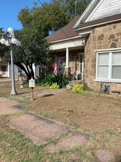 806 JEFFERSON ST, BOWIE, TX 76230 - Photo 1