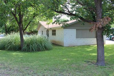 916 W WALNUT ST, Coleman, TX 76834 - Photo 2