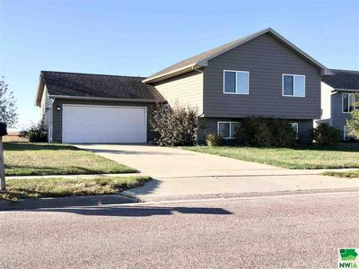 1604 COUNTRY CLUB DR, Elk Point, SD 57025 - Photo 1