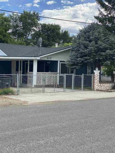 317 WALNUT AVE, Sunnyside, WA 98944 - Photo 1
