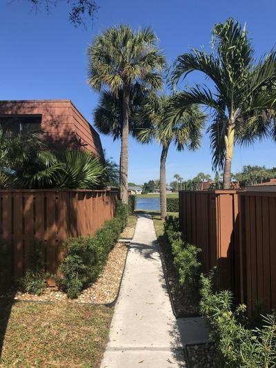 607 BUTTONWOOD LN, Boynton Beach, FL 33436 - Photo 2