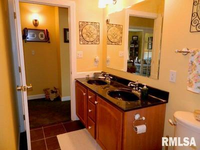 5262 COTTONWOOD LN, Raymond, IL 62560 - Photo 2