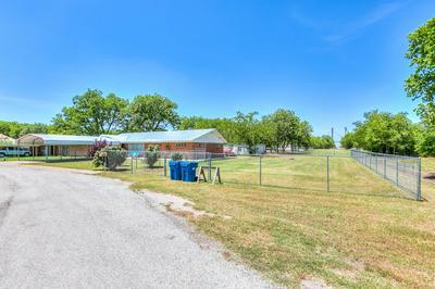 402 HAMILTON ST, Winters, TX 79567 - Photo 2