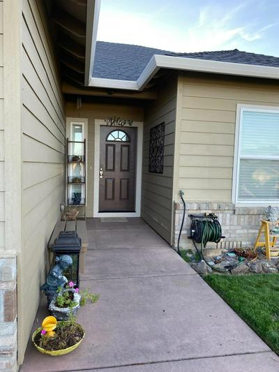 902 CRYSTAL DR, Eagle Point, OR 97524 - Photo 2