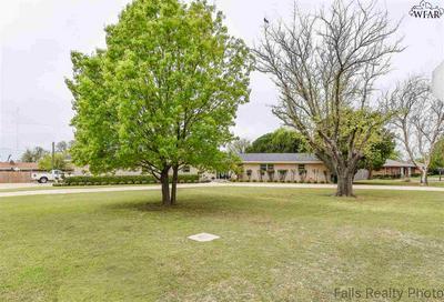 300 W HIGHLAND AVE, Electra, TX 76360 - Photo 2
