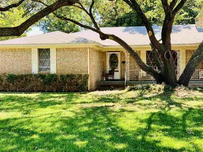 702 SYCAMORE DR, Burkburnett, TX 76354 - Photo 2