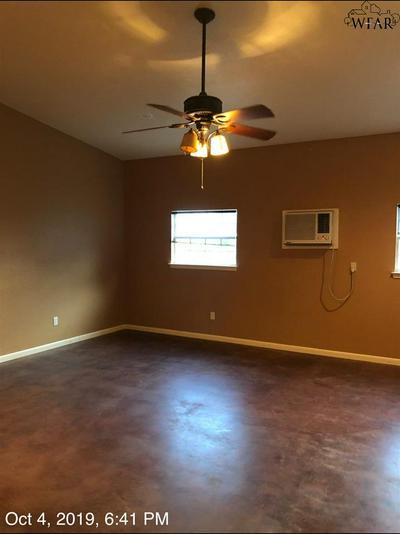 611 W THOMPSON ST, Jacksboro, TX 76458 - Photo 2