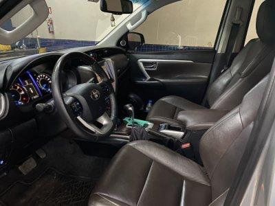 Veículo HILUX SW4 2017 2.8 SRX 4X4 7 LUGARES 16V TURBO INTERCOOLER DIESEL 4P AUTOMÁTICO