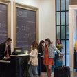 Zoals hotels nu doen (die ook in een catch-22 zitten met platforms)