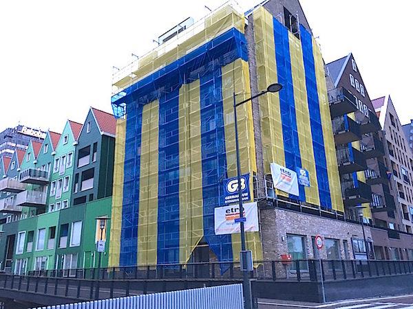Appertementencomplex Hermitage ingepakt in IKEA-kleuren (klik op foto)