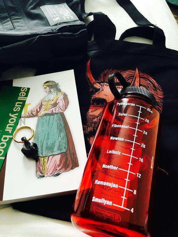 Coisas que  trouxe de Portland algumas semanas atrás. O livro é o Elixir in Action.