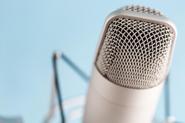 """Tipp: Höre """"Was mit Medien"""" als Podcast nach. Einfach in iTunes abonnieren."""