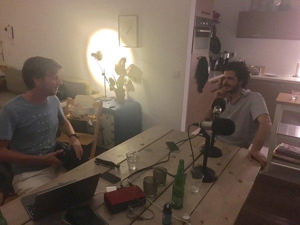 Live vanuit de woonkamer, met producent Botte Jellema (l)