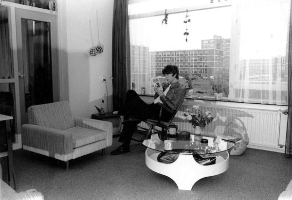 """Foto van Martin Rep: """"Tevreden in ons appartement aan de Jaspersstraat. Juni 1970."""""""