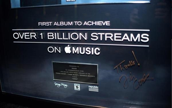 Ja, da's de krabbel van Tim Cook (CEO Apple) die zijn buddy Drake bedankt...
