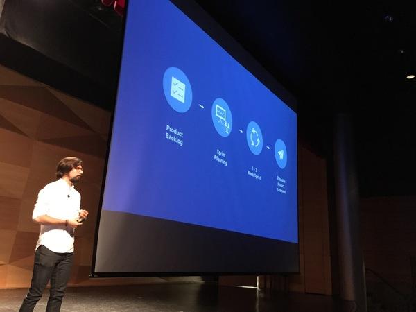 Juan Mendez presenting at UX Talks 002