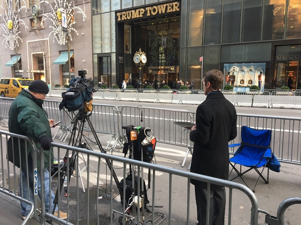 Vier blokken rond de Trump Tower op Fifth Avenue zijn afgesloten en staan vol met beveiliging- en sattellietwagens. Tegenover de ingang is een persvak ingericht.