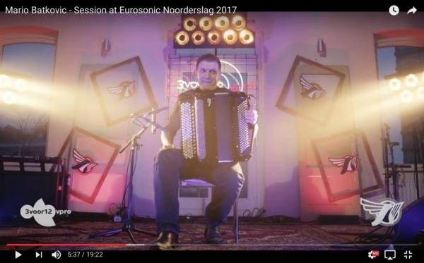 Dark twisted Ennio Morricone meets Joy Division, op een glimmende trekzak. Echt.