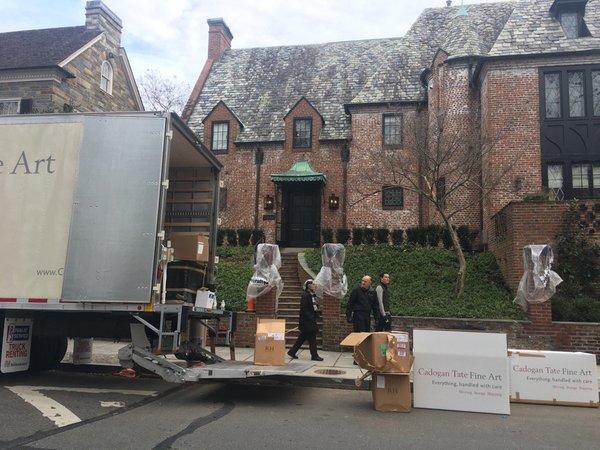 Verhuiswagens bij de nieuwe woning van de Obama's in Washington DC.