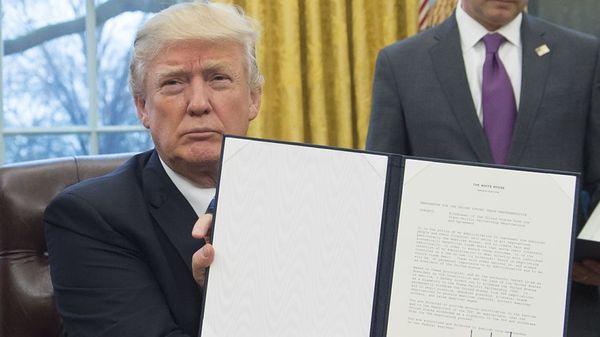 Trump ondertekent een decreet dat de Trans-Pacific Partnership beëindigt.