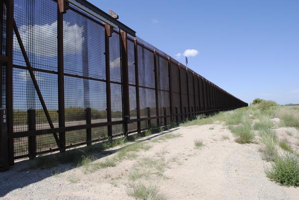 Het hek aan de grens met Mexico in de buurt van de stad El Paso (foto: AVDH)