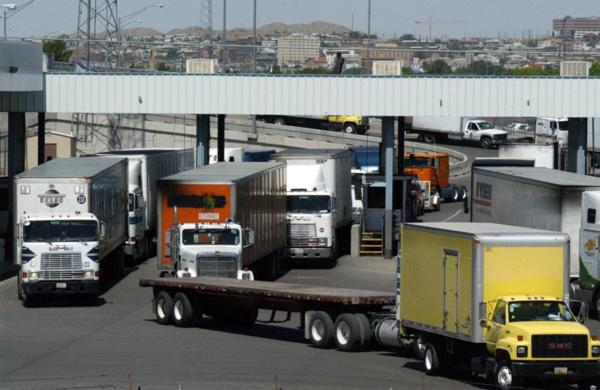 Vrachtwagens bij een overgang van de Mexicaans-Amerikaanse grens.