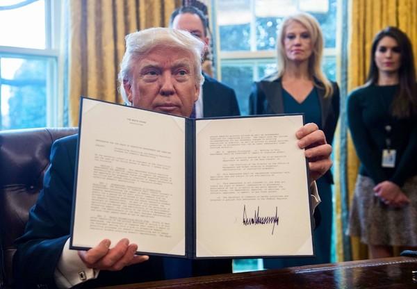President Trump ondertekent het decreet voor de Keystone XL Pipeline.
