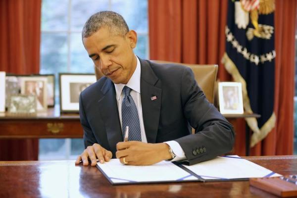Obama ondertekent decreet die illegale migranten beschermt tegen deportatie.