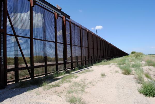 Langs delen van de zuidgrens staat al een hoog hek (foto: AVDH)