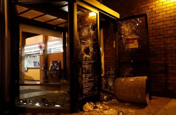 Bankgebouwen raakten beschadigd bij gewelddadige rellen in Berkeley (Reuters)