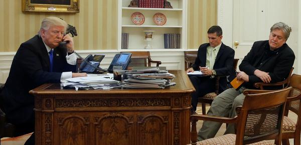 De invloed van adviseur Steve Bannon (helemaal rechts) is groot in het Witte Huis (foto: Reuters)