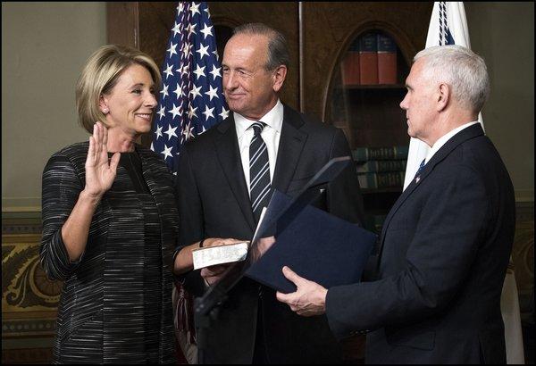 Vice-president Pence beëdigt DeVos als minister van Onderwijs (foto: Reuters)