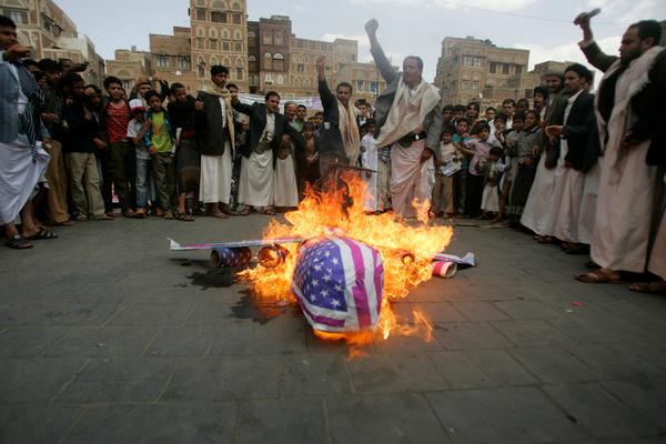 Boze Jemenieten protesteren in Sanaa tegen Amerikaanse militaire operaties in hun land (foto: Reuters)