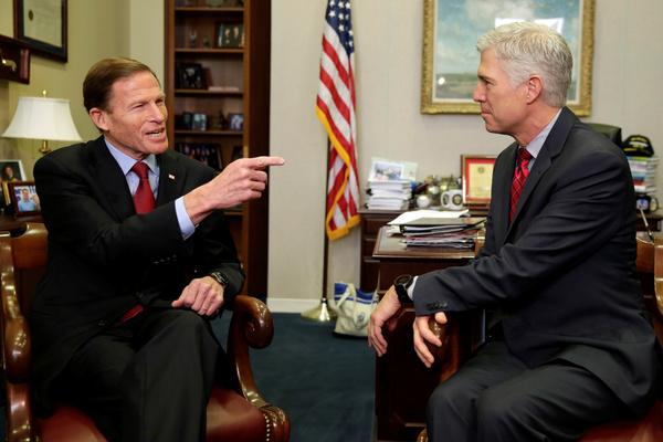 Neil Gorsuch (rechts) maakt kennis met senator Blumenthal (foto: Reuters)