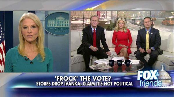 Kellyanne Conway (links) prijst producten van Ivanka Trump vanuit het Witte Huis.