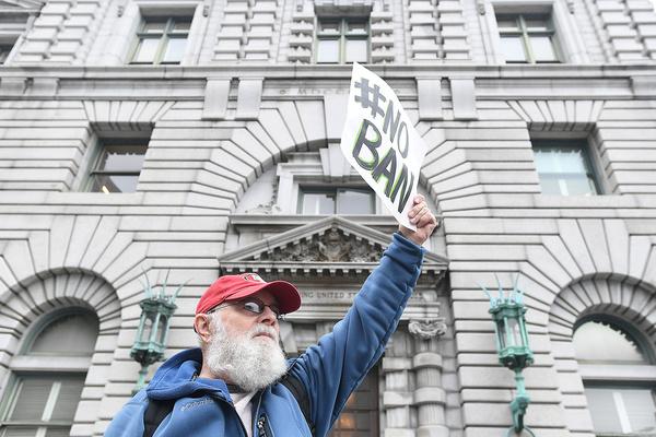 Tegenstanders van het inreisverbod protesteren buiten de rechtbank in San Francisco (foto: Reuters)
