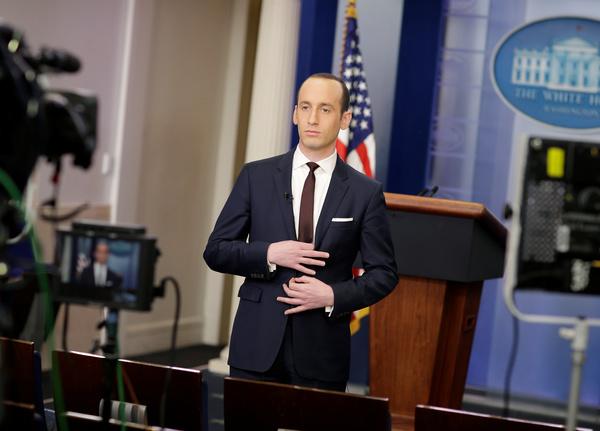 Stephen Miller wordt ondervraagd door de politieke zondagsshows (foto: Reuters)