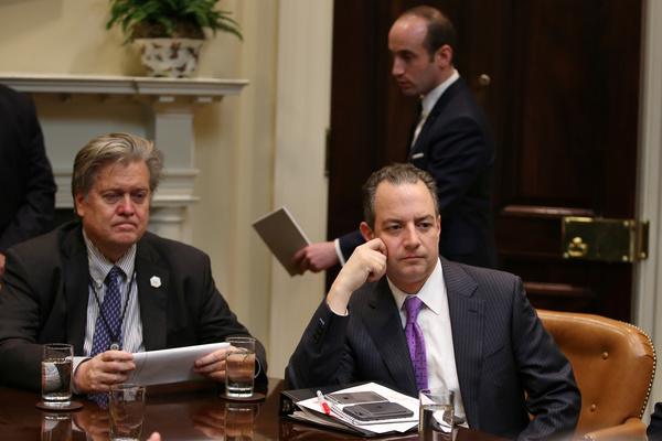 Bannon (links) en Priebus (rechts) met op de achtergrond Miller (foto: Reuters)