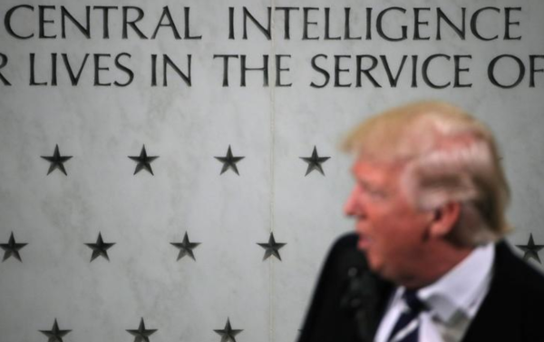 Trump tijdens een bezoek aan het CIA-hoofdkwartier vorige maand (foto: Reuters)