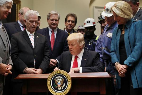 Trump ondertekent de resolutie in het Witte Huis (foto: Reuters)