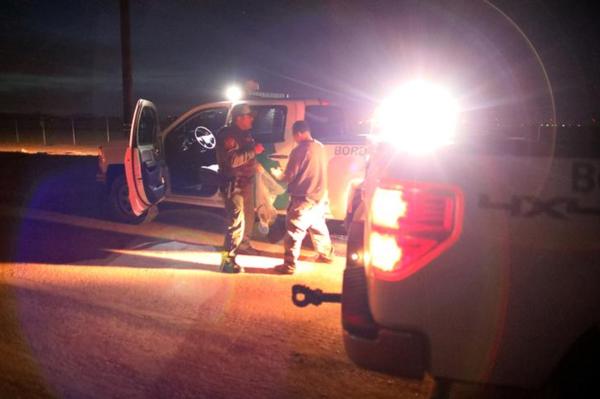 Amerikaanse grenswachters pakken een illegaal op in Californië (foto: Reuters)